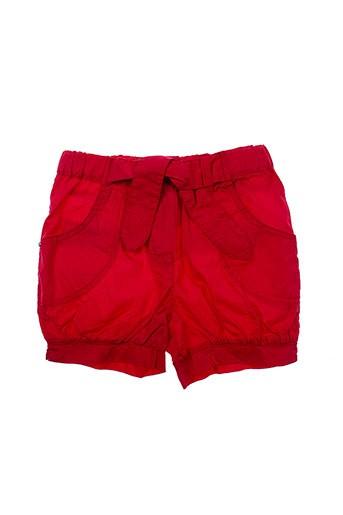 3 et pommes shorts et 1 fille de couleur rouge (photo)
