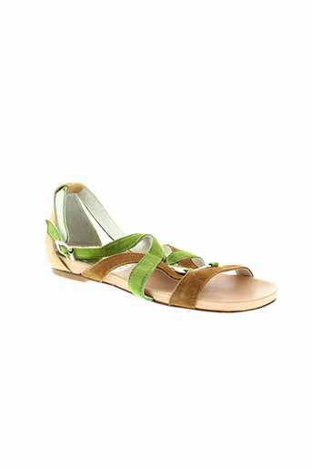 regard sandales et nu et pieds femme de couleur vert