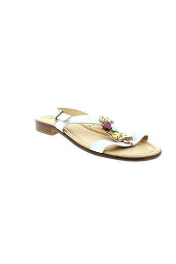 arriva sandales et nu et pieds femme de couleur blanc