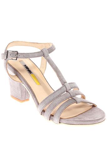 manas sandales et nu et pieds femme de couleur gris
