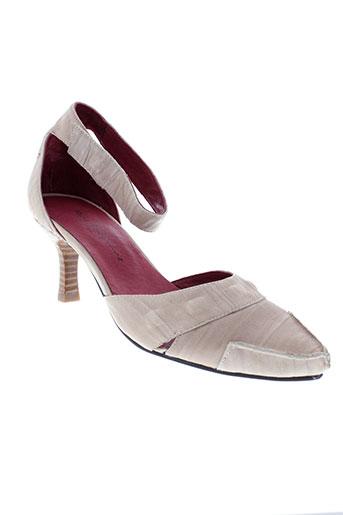 rue pietonne chaussures femme de couleur beige