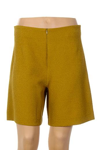 cop et copine shorts et 1 femme de couleur jaune