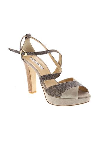 donna et piu sandales et nu et pieds femme de couleur beige