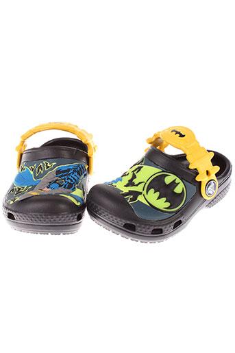 crocs sandales et nu et pieds garcon de couleur noir