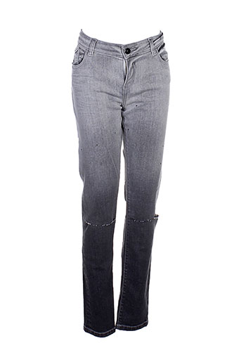 une fille jeans fille de couleur gris
