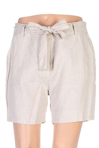 poussiere et d et etole shorts et 1 femme de couleur beige