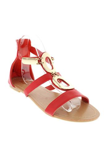 beauty et girl et s sandales et nu et pieds femme de couleur rouge