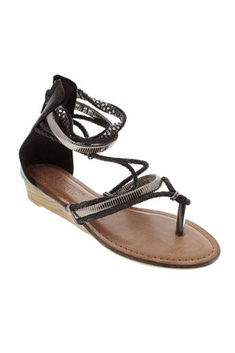 la et bottine et souriante sandales et nu et pieds femme de couleur noir