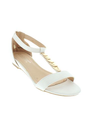 la et bottine et souriante sandales et nu et pieds femme de couleur blanc